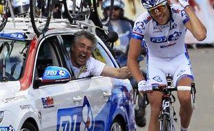 Le coureur français Thibaut Pinot, lors de sa victoire sur la 8e étape du Tour de France, le 8 juillet 2012 à Porrentruy (Suisse), encouragé par le manager de la FDJ BigMat Marc Madiot, dans la voiture de son équipe.