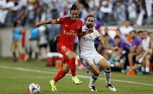 Edinson Cavani à la lutte avec Dani Carvajal lors de PSG-Real Madrid le 27 janvier 2016.