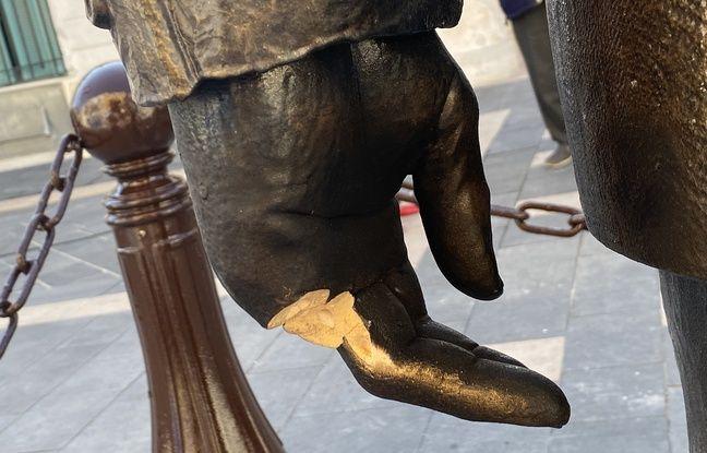 Deux doigts ont été arrachés sur une des mains de la statue