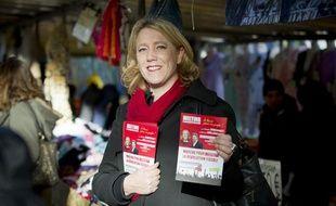 Danielle Simonnet, conseillère de Paris et secrétaire nationale du Parti de Gauche, en tractage sur un marché à Paris, le 20 novembre 2013.