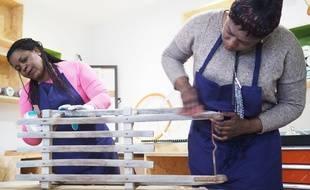 Fanta Savane (à droite) et une autre salariée vont retaper une luge ancienne