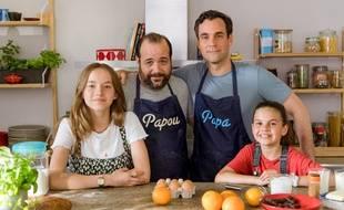 Dominique (Guillaume Bouchède) et Olivier (Xavier Robic) entourés de leurs filles Jade (Luna Bevilacqua) et Clotilde (Lila Fernandez) dans «Parents mode d'emploi».