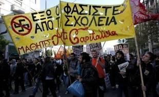 Les écoles deviennent en Grèce un terrain d'opération pour les néonazis du parti Aube dorée, qui y recrutent et y propagent leurs thèses, suscitant inquiétude et mobilisation des responsables éducatifs.