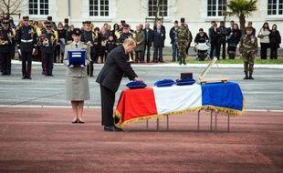 """Le ministre de la Défense Jean-Yves Le Drian a souligné samedi """"la nécessité de mener à son terme la lutte"""" au nord-Mali contre le """"terrorisme"""", en présidant un hommage rendu à Angoulême au caporal-chef Alexandre Van Dooren, cinquième soldat français tué au Mali à l'âge de 23 ans."""