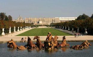 Le château de Versailles avec, au premier plan, le bassin d'Apollon.