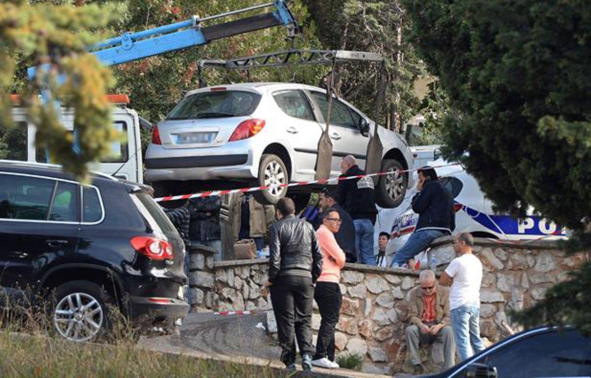 Evacuation de la voiture dans laquelle un homme a été tué par balle le 26 octobre 2013, àMarseille. – BORIS HORVAT / AFP