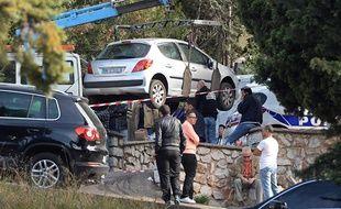 Evacuation de la voiture dans laquelle un homme a été tué par balle le 26 octobre 2013, àMarseille.
