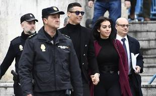 Ronaldo au bras de sa compagne à la sortie du tribunal de Madrid.