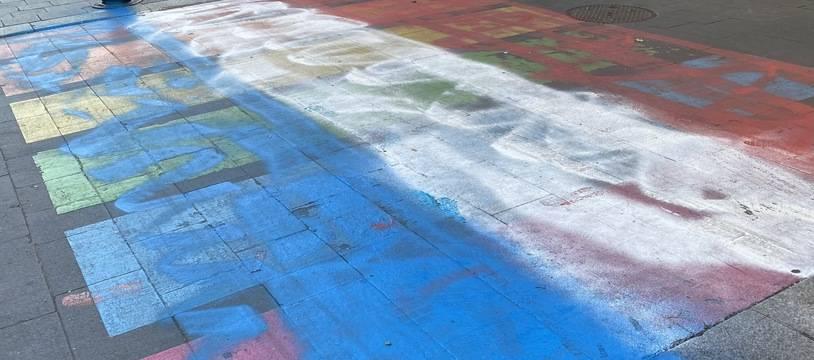 Le passage arc-en-ciel a été repeint en bleu-blanc-rouge