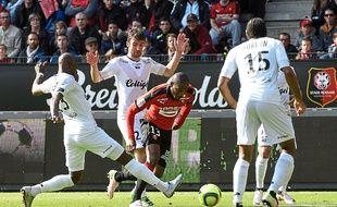 L'attaquant rennais Giovanni Sio pris dans la tenaille guingampaise, lors du derby de la saison dernière au Roazhon Park.