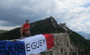 Quand Cédric Schramm se rend sur la grande muraille de Chine, c'est avec son drapeau Sarreguemines, évidemment.