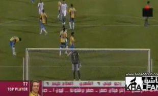 Capture d'écran d'un match du championnat du Qatar, où un arbitre urine sur la pelouse.