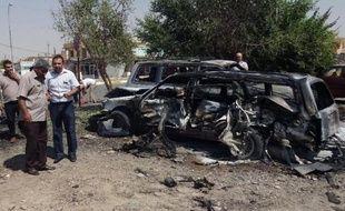 Des enquêteurs irakiens près d'une voiture piégée le 22 août 2013