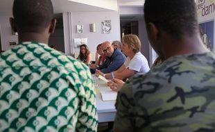 Le président du Département du Bas-Rhin Frédéric Bierry (au centre), et des jeunes migrants au Foyer Notre Dame à Strasbourg le 31 mai 2017.