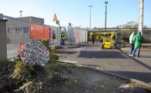 """""""Nous pouvons tenir jusqu'à Noël"""": une vingtaine d'éboueurs de la ville de Paris opposés à la réforme des retraites bloquaient toujours samedi le centre de traitement de déchets d'Ivry-sur-Seine (Val-de-Marne), le plus important de France."""
