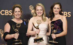 Les actrices de la série «La Servante écarlate» («The Handmaid's Tale»), Ann Dowd, Elizabeth Moss et Alexis Bledel lors des Emmy Awards, le 17 septembre 2017.