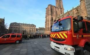 Strasbourg: Ils croient voir un départ d'incendie à la cathédrale, ce n'était qu'un jeu de lumière. (Photo d'illustration, exercice des sapeurs pompiers du Bas-Rhin a la cathédrale de Strasbourg.