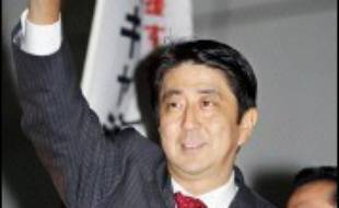 Le conservateur Shinzo Abe a été élu mercredi président du Parti-libéral démocrate (PLD), au pouvoir à Tokyo, et va devenir dans les prochains jours le nouveau Premier ministre du Japon, en remplacement de son mentor Junichiro Koizumi.