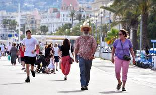 Des personnes se baladent sur la promenade des Anglais à Nice sans masque (Illustration)