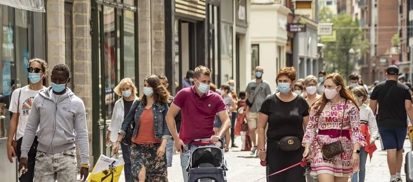 Illustration masques dans la rue.