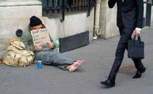 Un sans-abri mendie à Paris le 14 mars 2015