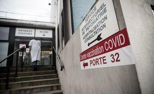 Un centre de vaccination pour le personnel soignant à l'hôpital Henri-Mondor à Créteil.