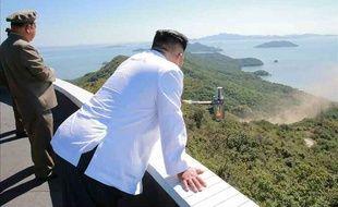 Kim Jong-Un observe un essai de nouveau moteur de fusée sur cette photo fournie par l'organe officiel du Parti du travail nord-coréen, le 20 septembre 2016.