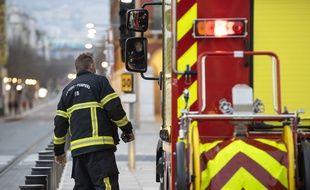 Un pompier azuréen devant un véhicule d'intervention, à Nice (Illustration)