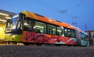 L'artiste street-art Kalouf a customisé un bus de la ligne C3 à Lyon.