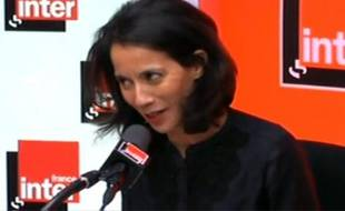 Sophia Aram, humoriste sur France Inter, en pleine chronique, le 4 janvier 2011.