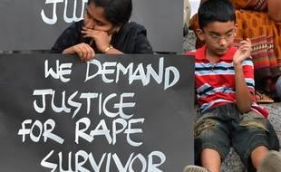 Des militants des droits des femmes lors d'une manifestation silencieuse contre le viol, à Bangalore le 22 avril 2015.