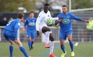 Moktar Keita, attaquant de Bellevue, au milieu de défenseurs du club breton de Guichen (DH), lors du 7e tour de la Coupe de France.