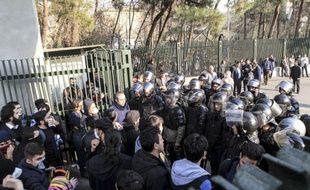 Des manifestants font face aux forces de l'ordre lors de manifestations à Téhéran, en Iran