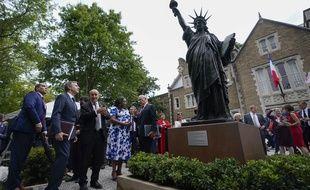 Le ministre français des Affaires étrangères, Jean-Yves Le Drian, discute avec son homologue américain, Antony Blinken, lors de l'inauguration à Washington d'un modèle réduit de la Statue de la liberté, le 14 juillet 2021.