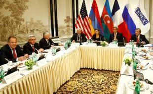 Sommet réunissant les présidents arménien, Serge Sarkissian, et azerbaïdjanais, Ilham Aliev, ainsi que le ministre russe des Affaires étrangères, Sergueï Lavrov, le secrétaire d'Etat américain, John Kerry et le secrétaire d'Etat français aux Affaires européennes, Harlem Désir, le 16 mai 2016 à Vienne