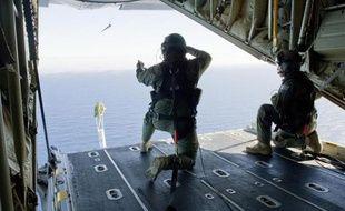 Des soldats australiens lancent une balise GPS dans l'océan Indien pour mesurer les courants dans leurs recherches du Boeing disparu de Malaysia Airlines, le 20 mars 2014
