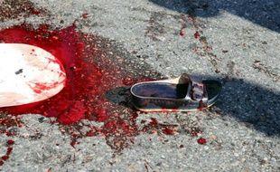 Un chausson de femme sur le macadam d'une rue maculée de sang après un double attentat suicide devant la gare principale d'Ankara, qui a fait 103 morts et plus de 500 blessés, le 10 octobre 2015