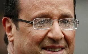 François Hollande remonte les Champs-Elysées sous la pluie le lendemain de son élection.