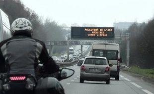 """A la veille d'un nouveau pic de pollution, Anne Hidalgo, maire de Paris, et Jean-Paul Huchon, président de la Région Ile-de-France, ont demandé mardi à l'État de """"planifier dès maintenant"""" les mesures à prendre"""