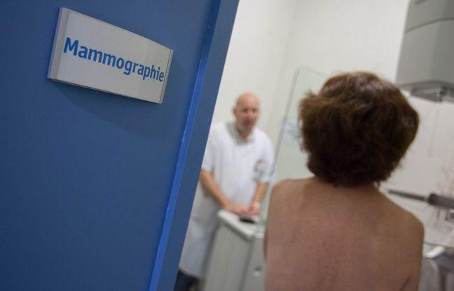 Une patiente en attente d'un dépistage du cancer du sein, le 3 octobre 2013 à Bordeaux.