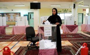 Une Saoudienne dépose son bulletin dans l'urne dans un bureau de vote à Jeddah, le 12 décembre 2015