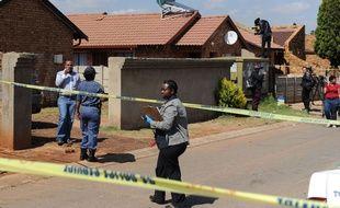 Des policiers devant la maison de l'actrice sud-africaine Kelly Khumalo, où a été assassiné le gardien des Bafana Bafana Senzo Meyiwa, le 27 octobre 2014.