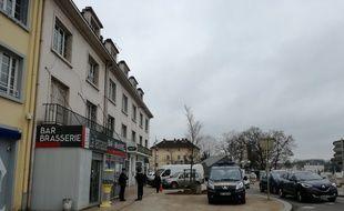 Le bar PMU des parents d'Alexia Daval est ouvert au lendemain des aveux de Jonathann Daval, mais les gendarmes préservent la tranquillité devant l'entrée.