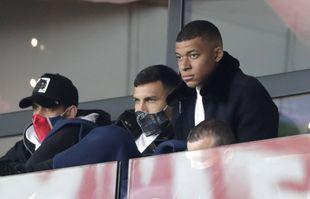 Le PSG Kylian Mbappe, à droite, assiste au match de football de la Ligue 1 entre le Paris Saint-Germain et Lens au Parc des Princes, à Paris, le 1er mai 2021.