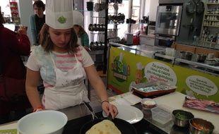 Strasbourg, le 20 avril 2016. - Cuisine Aventure propose des cours de cuisine par correspondance adaptés à chaque enfant pour les 6-16 ans. Ici, Ludivine, 12 ans, apprend à faire les galettes des wraps.