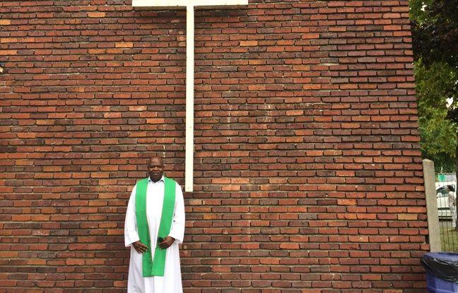Le père Auguste Moanda soutient la communauté.