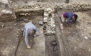 Chantier de fouilles archéologiques de INRAP sous le bâtiment de la Préfecture de police de Paris, le 3 juin 2013.
