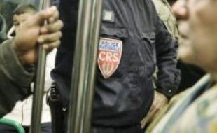 Des policiers escortent le bus 148, de la gare de Bobigny jusqu'au Blanc-Mesnil.
