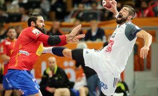 Karabatic prend un tir pendant le match Espagne-france du mondial de handball au Qatar