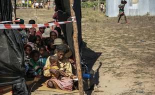 Des personnes attendent d'être consultés par le personnel médical de Médecins Sans Frontières (MSF) dans le village de Tanarake, à Madagascar le 1er septembre 2021. Depuis juin 2021, MSF a mis en place plusieurs cliniques mobiles pour traiter les cas les plus graves de malnutrition dans le pays.
